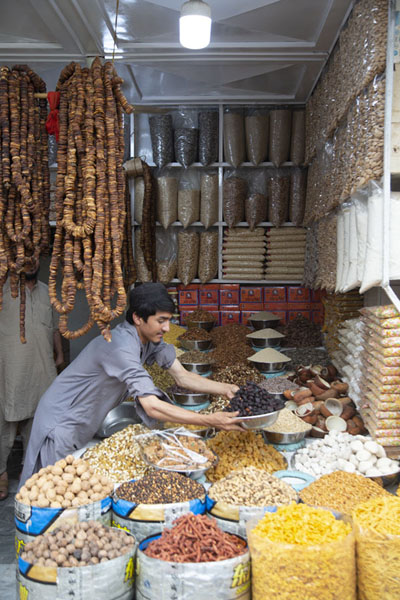 Shopkeeper arranging his goods in the old city of Peshawar | Pesjawar oude stad | Pakistan