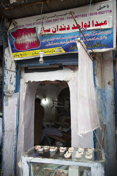 Foto van Dentist in the old city of PeshawarPesjawar - Pakistan