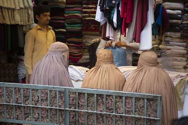 Women wearing a burqa in a shop in the old city of Peshawar | Pesjawar oude stad | Pakistan