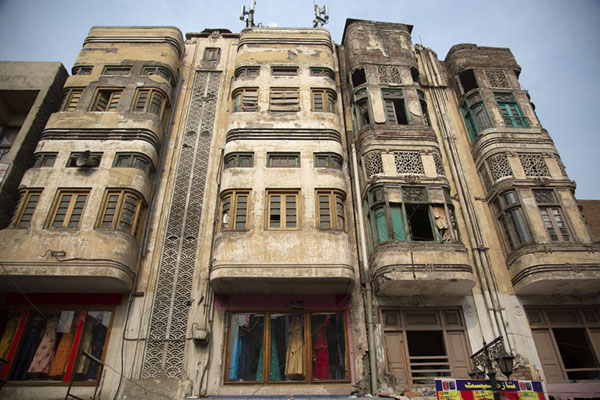 Looking up one of the attractive old buildings in the old city of Peshawar | Vielle ville de Peshawar | Pakistan
