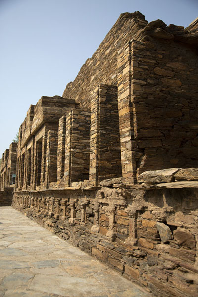 Foto van Wall with niches at the central stupa courtTakht-i-Bahi - Pakistan