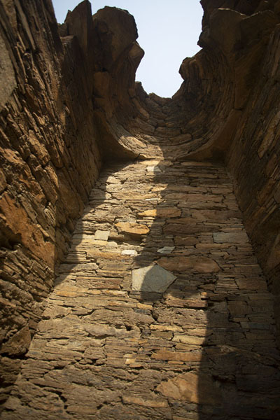 Foto van Looking up a niche on the higher stupa courtTakht-i-Bahi - Pakistan
