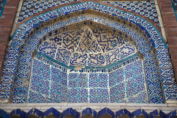 Detailed view of a niche in the exterior of Bibi Jawindi Tomb | Tumbas de Uch Sharif | Pakistan