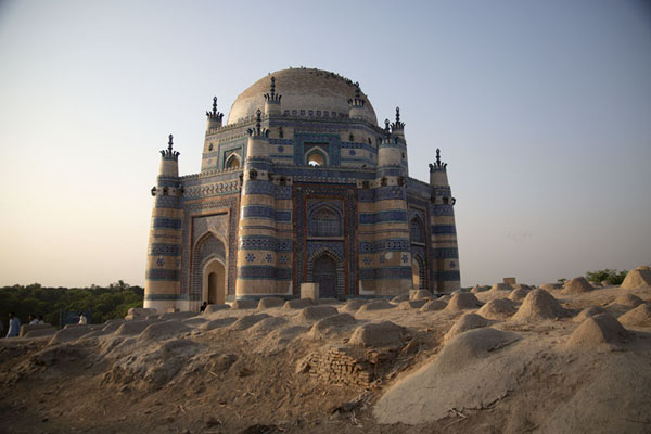 Distant view of Bibi Jawindi Tomb with newer graves in the foreground | Tumbas de Uch Sharif | Pakistan