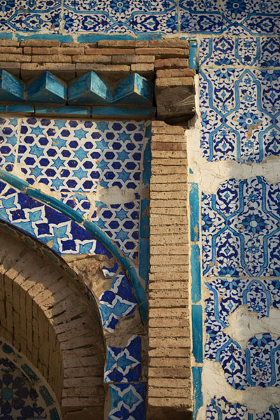 Detail of the inner wall of 14th century Baha'al-Halim Tomb | Tombe di Uch Sharif | Pakistan