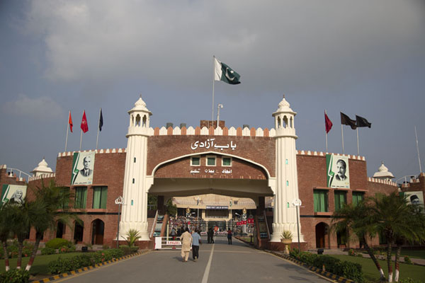 The west side of the border at Wagah | Wagah grens ceremonie | Pakistan