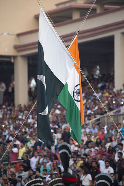 The Pakistani and Indian flag are lowered simultaneously | Wagah grens ceremonie | Pakistan