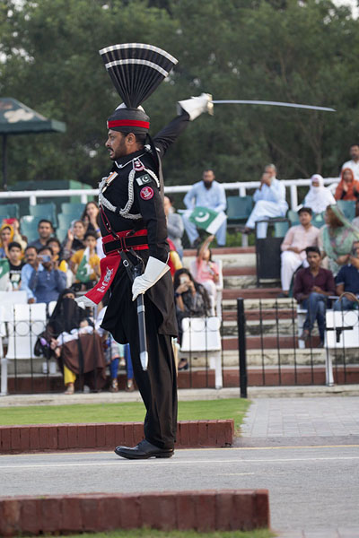 Pakistan Ranger drawing his sword during the ceremony | Wagah grens ceremonie | Pakistan