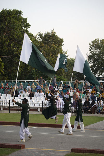 Parading the Pakistani flags at the start of the ceremony | Cerimonia del confine Wagah | Pakistan
