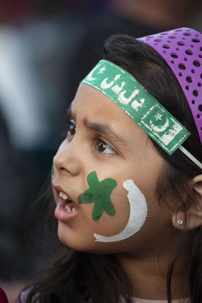 Foto van Girl with Pakistani flag painted on her cheeksWagah - Pakistan