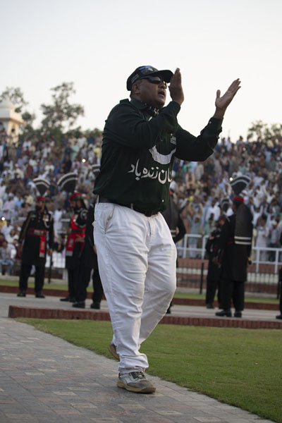 One of the cheerleaders inciting the crowd to cheer harder | Ceremonia de la frontera Wagah | Pakistan