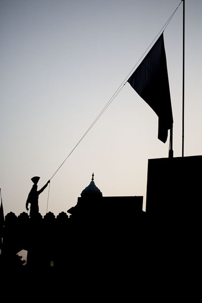 Lowering the Pakistani flag at sunset | Wagah grens ceremonie | Pakistan
