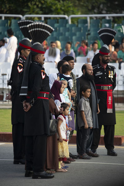 Tall Pakistan Rangers posing for pictures before the start of the ceremony | Wagah grens ceremonie | Pakistan