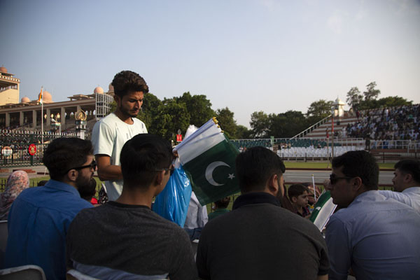 Man selling Pakistani flags to the crowd in the stadium | Ceremonia de la frontera Wagah | Pakistan