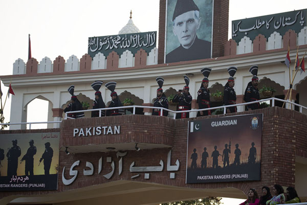 The Pakistan Rangers on the balcony of the stadium on the Pakistani side of the border | Cerimonia del confine Wagah | Pakistan
