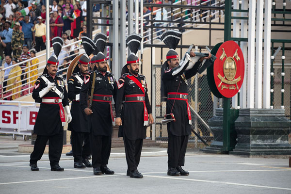 The Pakistan Rangers with the folded flag | Wagah grens ceremonie | Pakistan