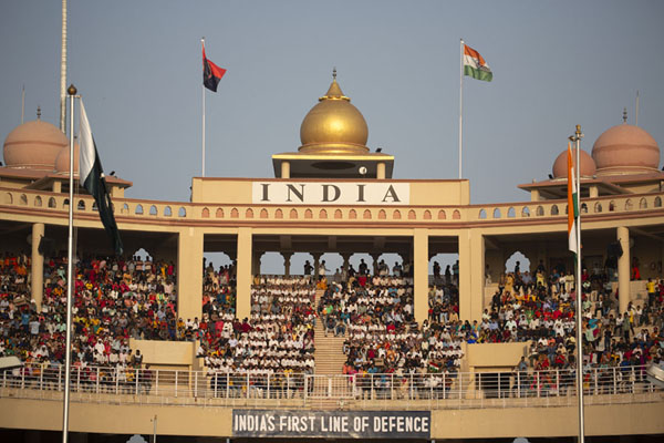The stadium on the Indian side of the border at Attari, full of Indian spectators | Wagah grens ceremonie | Pakistan