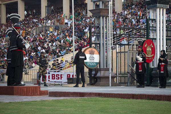 The fence is open, the armed guards are in place: in the middle of the ceremony | Wagah grens ceremonie | Pakistan