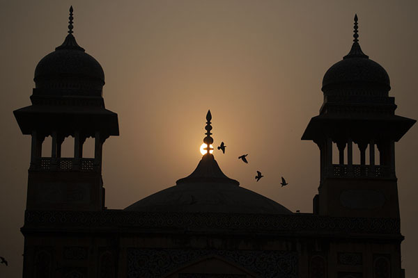 Foto van Sunrise over Wazir Khan mosqueLahore - Pakistan