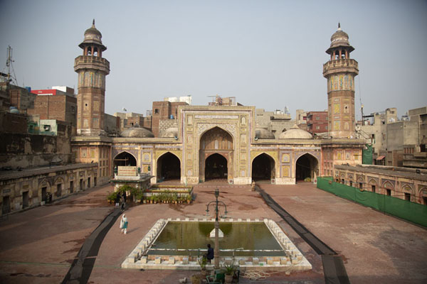 Foto van View of the courtyard of Wazir Khan mosque, with prayer hall, minarets and poolLahore - Pakistan