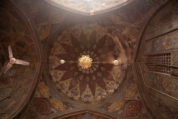 Foto de Looking up the ceiling of the prayer hallLahore - Pakistan