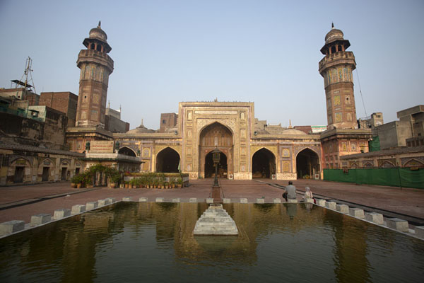 Foto van Wazir Khan mosque in the early morning with reflection in the poolLahore - Pakistan