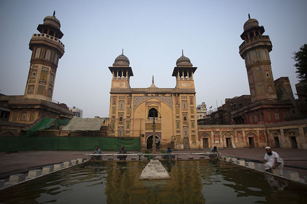Foto de Early morning light on Wazir Khan mosque reflected in the poolLahore - Pakistan