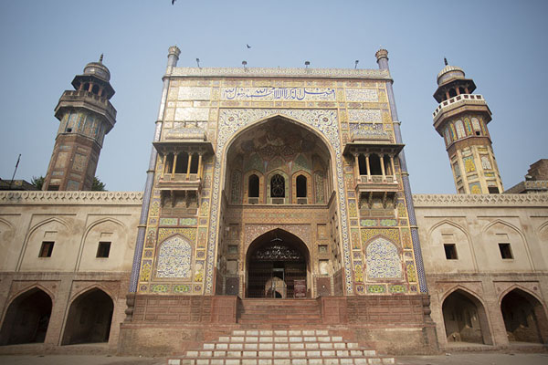 Foto de The iwan, a Timurid-style entrance gate, to the east of Wazir Khan mosqueLahore - Pakistan