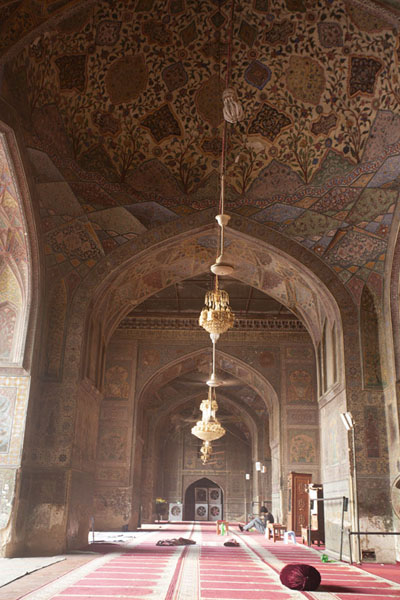 Foto van View of the prayer hall of the mosque with richly decorated walls and ceilingsLahore - Pakistan