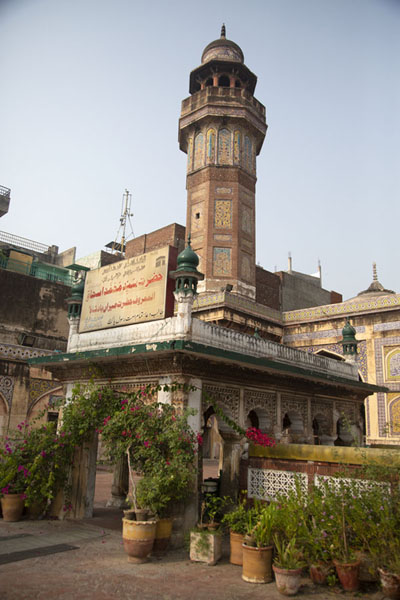 Foto van The tomb of Sufi saint Gazruni, in the courtyard of the mosqueLahore - Pakistan