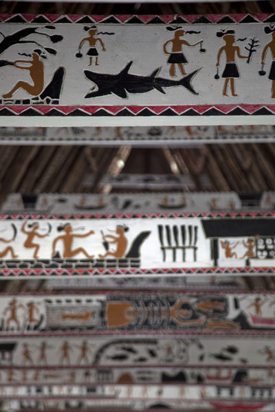 Foto van Rich decorations on the beams of Melekeok baiBabeldaob - Palau