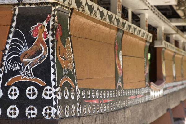 The side of the bai at Melekeok with roosters | Babeldaob bai | 巴劳