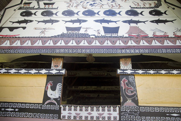 Lower side of Airai bai with roosters at the side poles, a bat guarding the entrance, and more decorative paintings on top - 巴劳 - 大洋洲
