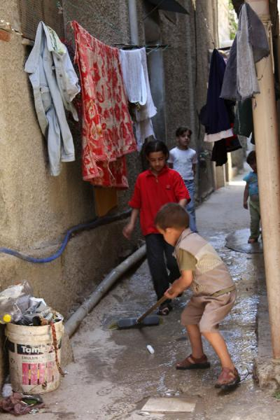 Picture of Asker refugee camp (Palestinian Territories): Palestinian kids playing in an alley of Asker refugee camp