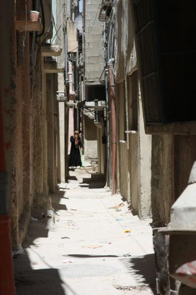 Foto de Woman in one of the narrow alleys of Asker refugee campNablus - Palestina