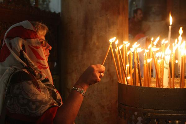 Foto di Palestina (Devout Christian lighting a candle in the Church of the Nativity)