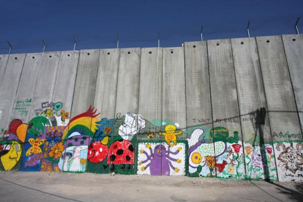Foto de Colourful artistic additions to an otherwise ugly grey wallBelén - Palestina