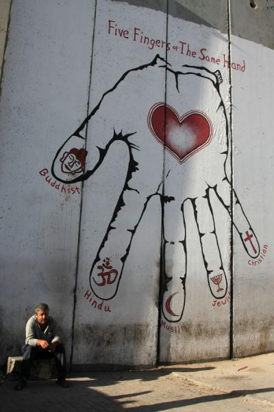 Foto di Palestinian man and political statement on the WallBetlemme - Palestina
