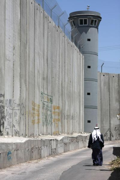 Palestinian man dwarfed by the Israeli Wall |  | 巴勒斯坦领地