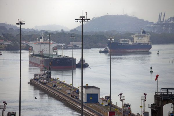 Photo de Two ships getting ready to pass through the Miraflores locksCanal de Panama - le Panama