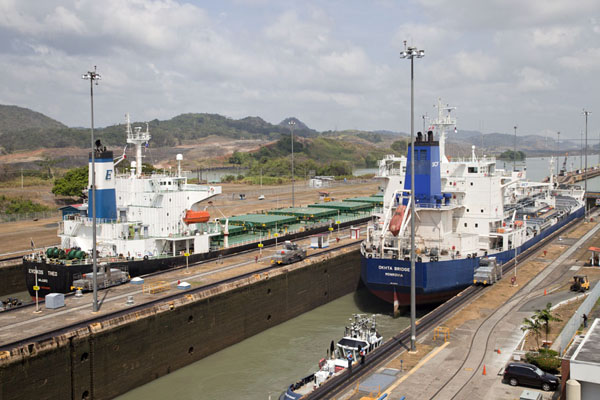 Foto van Two ships ready to continue their journey from Pacific Ocean to Caribbean Sea at Miraflores locks - Panama - Amerika