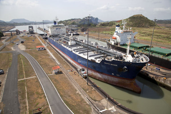Two ships passing through the Miraflores locks simultaneously巴拿马联合 - 巴拿马