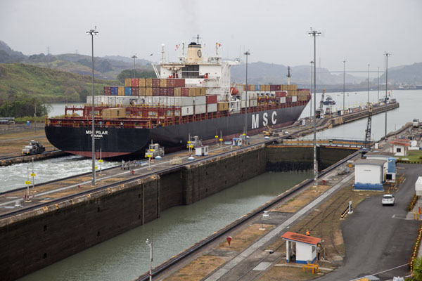 Foto van Ship entering the next part of the Panama Canal at Miraflores locks - Panama - Amerika