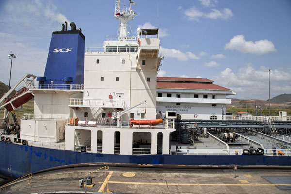 Ship passing the lock at the main building of Miraflores | Panama Kanaal | Panama