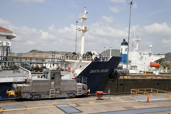 Two giants in the process of being lifted to a higher level at the Miraflores locks | Canal de Panamá | Panamá