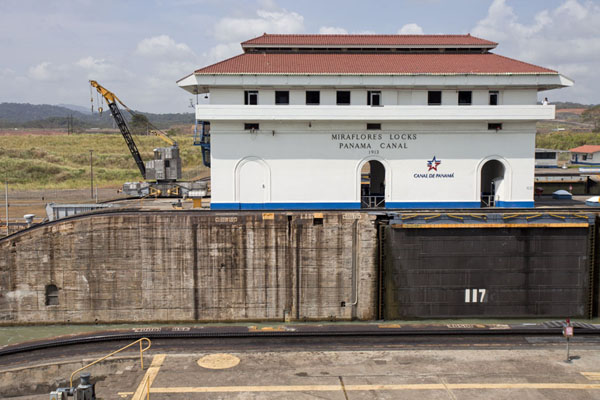 Foto van Main building at the Miraflores Lock, facing the visitor centrePanama Kanaal - Panama