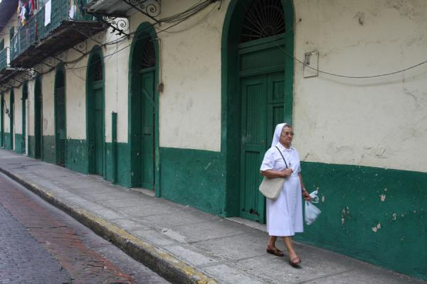 Nun walking a street in the old city of Panama | Panama Old City | 巴拿马