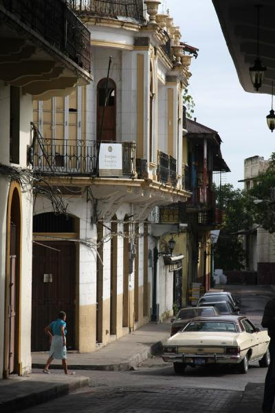 Photo de American car driving through the old city of PanamaPanama Ville - le Panama