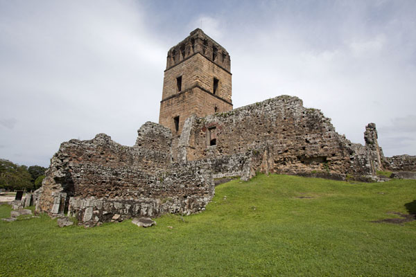 Photo de Looking up the ruins of the Cathedral with belfryPanama Ville - le Panama