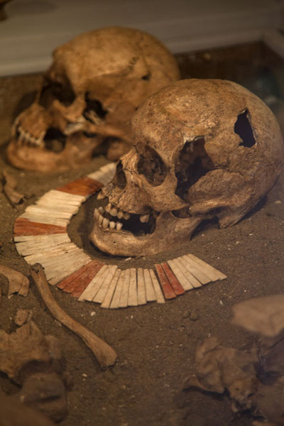Foto van Skull of woman surrounded by skulls of menPanama stad - Panama